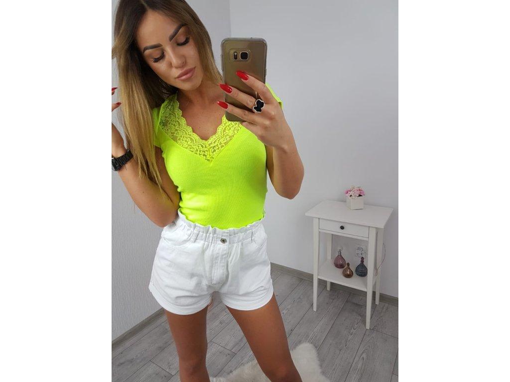 Oblečenie, ktoré by ste si mali kúpiť v letných výpredajoch